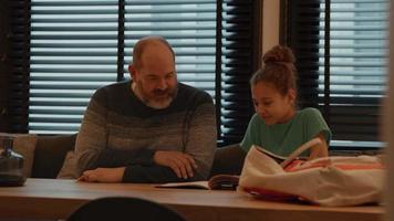 hombre y niña hablando en la mesa video