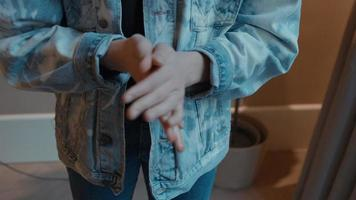 Frotarse las manos de la mujer con mascarilla video