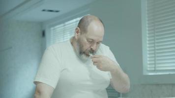 hombre cepillarse los dientes en el baño video