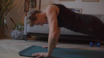 mujer haciendo flexiones en el salón video