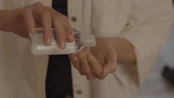mujer, poniendo, gel de manos, en, palma video
