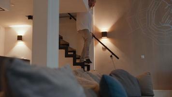 hombre bajando las escaleras bostezando video