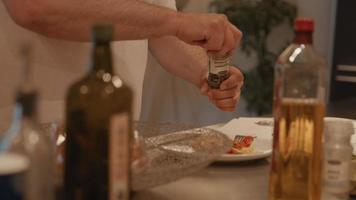 Mann streut Pfeffer und isst Eier und Tomaten video
