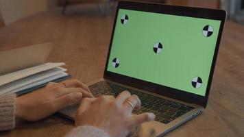 mujer, desplazamiento, en, computador portatil, con, pantalla verde video
