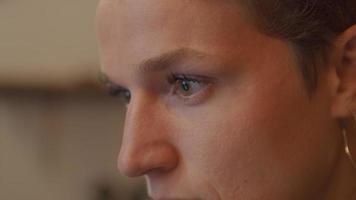 Primer plano de la cara y los ojos de la mujer mirando la pantalla video