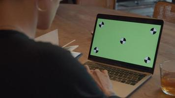 Mujer relojes pantalla verde en portátil video