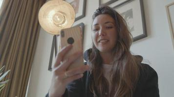 mujer, teniendo, videollamada, en, smartphone video