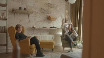 två kvinnor som vardagligt pratar sitter i vardagsrummet video