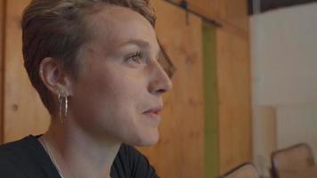 La mujer habla y la pantalla se refleja en los ojos. video