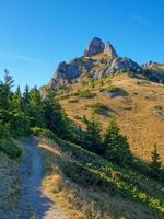hermoso paisaje matutino con un sendero hasta la cima de la montaña foto