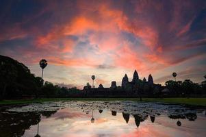 Amanecer mágico y un cielo cambiante en el templo de Angkor Wat en Siem Reap, Camboya foto