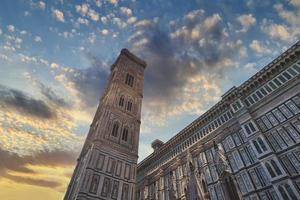 Catedral de Santa María del Fiore, el Duomo y el campanario de Giotto en Florencia, Italia. foto