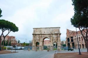 Arco de la victoria en el Coliseo de Roma, Italia foto