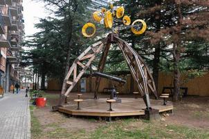 Gran telescopio de juguete en un parque en Tbilisi, Georgia foto