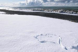 forma en forma de corazón en la nieve blanca foto
