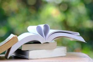 libro sobre mesa de madera y concepto de aprendizaje educativo foto