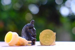 Monedas de criptomonedas en la mesa y el concepto de dinero en moneda digital foto