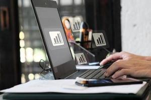 Hombre usando computadora portátil y concepto de inteligencia de análisis de negocios foto