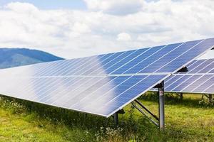 Planta de energía solar sobre un fondo de cielo foto