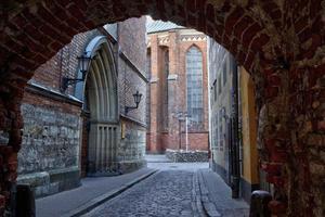 Calle de la mañana en la ciudad medieval de la antigua ciudad de Riga foto