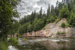 el río gauja con orillas rocosas de arenisca foto