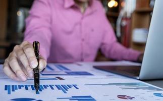 Conceptos de contabilidad del tenedor de libros, bolígrafo masculino y computadora portátil para trabajar financiero y presupuestario, concepto de contador inspector. foto