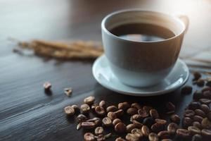 taza de café en el escritorio de madera en la cafetería - efecto vintage. foto