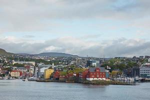 Torshawn, capital de las Islas Feroe, con su centro de la ciudad y el puerto en la bahía. foto