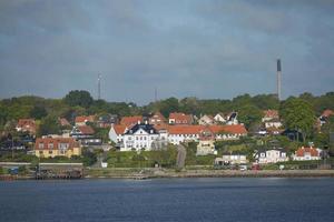 Vista de Helsingor o Elsinore desde el estrecho de Oresund en Dinamarca foto