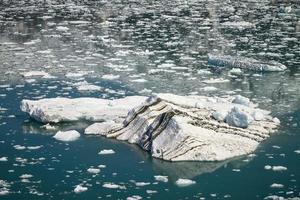 Gran iceberg flotando en el glaciar Hubbard cercano en Alaska foto
