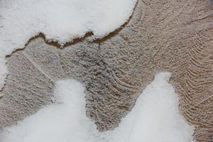 Detalle del patrón abstracto del tronco congelado cubierto por la nieve foto