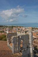 Vista aérea de Saint Martin de Re desde la iglesia Saint Martin en Ile de Re en Francia foto