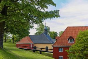 Casas rojas en la histórica fortaleza kastellet en Copenhague foto
