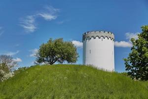 Antigua torre de agua blanca en la muralla de la ciudad de Fredericia Dinamarca foto