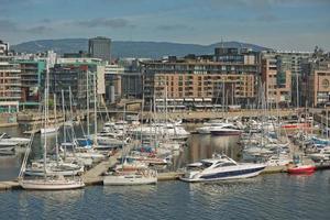 Puerto con yates en el centro de la ciudad de Oslo en Noruega foto