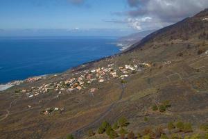 Vista del pueblo desde el volcán San Antonio en Las Palmas en las Islas Canarias foto