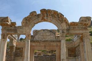 El templo de Adriano en la antigua ciudad de Éfeso en Turquía foto