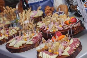 Catering comida con decoración durante la celebración y la recepción. foto