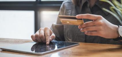 las compras en línea. Mujer asiática escribiendo información de la tarjeta de crédito con el teclado de la tableta para comprar en línea. foto