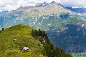 refugio de montaña y nubes foto