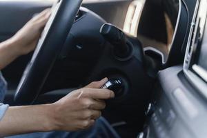 mujer arrancando el motor de su coche foto