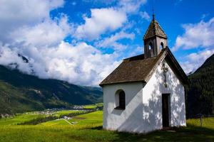 pequeña iglesia alpina foto