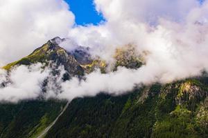Picos rodeados de nubes en el valle de otztal en los alpes austríacos del tirol foto