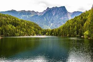 lago alpino ubicado entre picos y bosques en el valle de otztal foto