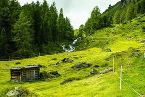 Cabaña de madera en los Alpes austríacos. foto