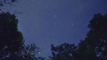 lapso de tiempo cielo y nubes en la noche video