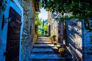 Pueblo medieval cerca de San Martino Val d'afra en Arezzo, Italia foto
