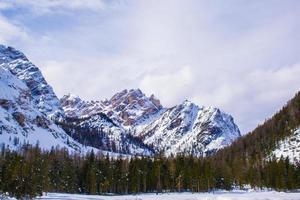picos de los dolomitas cubiertos de nieve foto