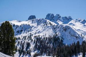 picos de dolomita con nieve foto