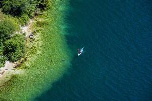 canoa en el lago foto